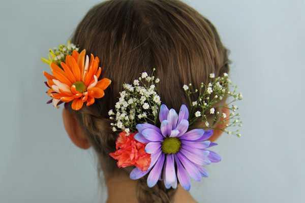 прическа с цветами