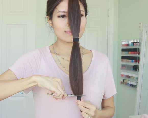 Отрезаем кончик волос по резинке