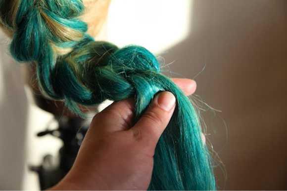 Конец готовой косы завязываем резинкой
