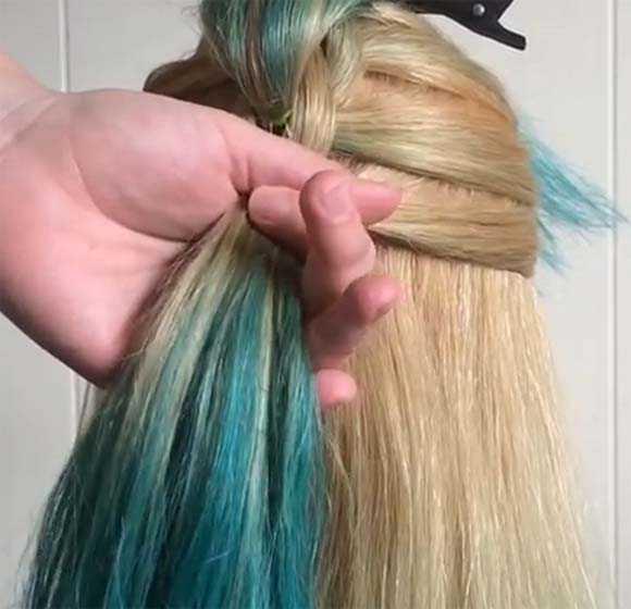 Поочередно добавляем пряди волос и завязываем хвостики