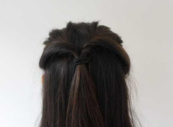 Перекрученные пряди волос в хвосте