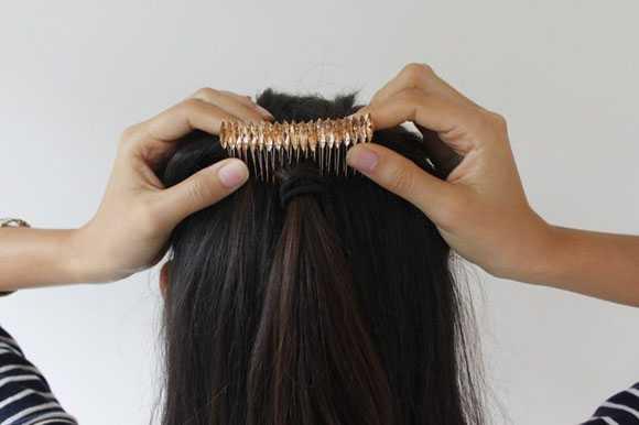 Вставляем гребень в волосы