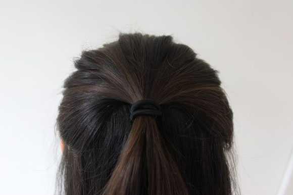 Прядь волос завязанная резинкой